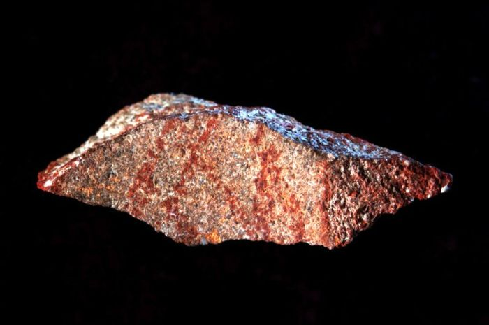Ukiran yang ditemukan pada gua kuno di Afrika.