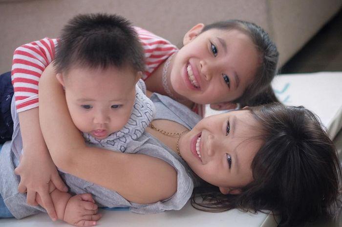 Anak-anak Zaskia Adya Mecca yang sedang bermain bersama