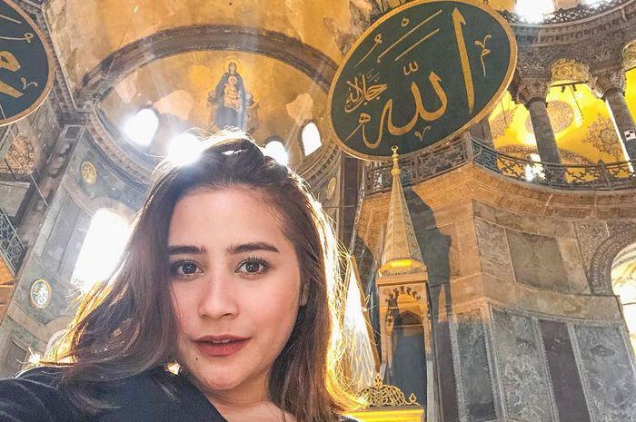 Prilly berfoto di Hagia Sophia, Turki