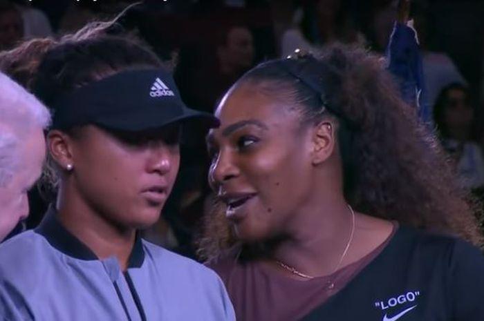 Serena William mengatakan sesuatu pada Naomi Osaka.