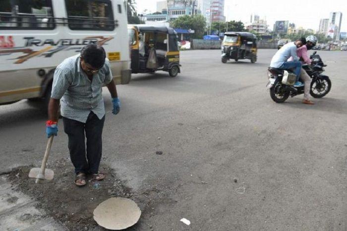 Dadaro Bilhore menutup 600 lubang di jalan selama 3 tahun terakhir untu mengenang anaknya.
