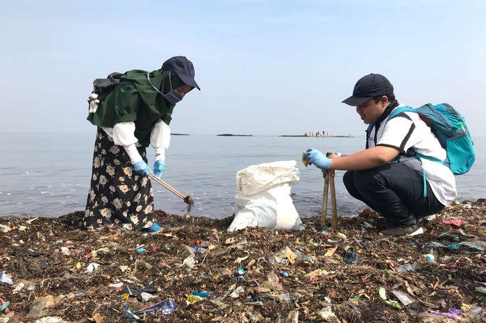 Aksi bersih-bersih bersama dalam World Clean Up Day