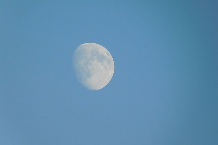 Bulan di siang hari.