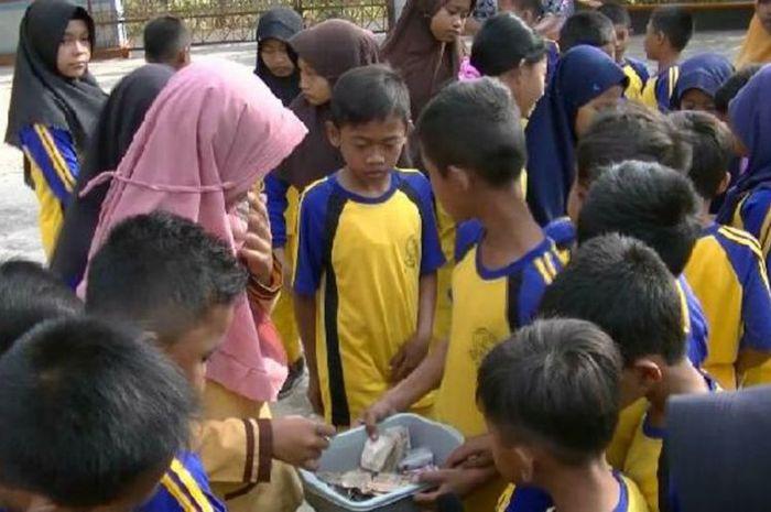 siswa SD di Gunung Kidul patungan untuk menambah honor gurunya