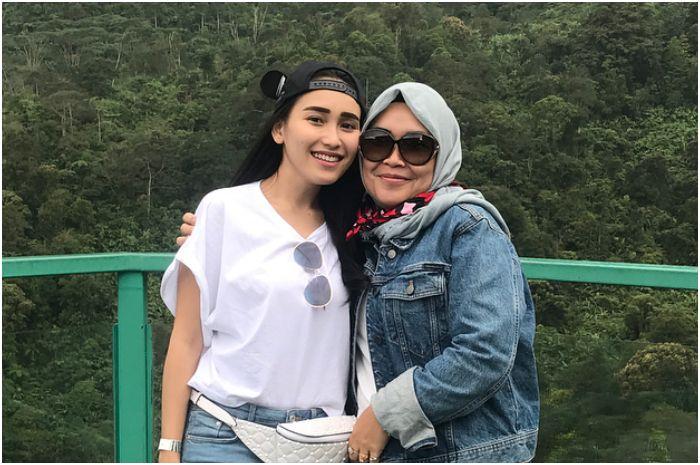 Ibu Ayu Ting Ting, Umi Kalsum Tenteng Tas Mewah saat berlibur di Turki