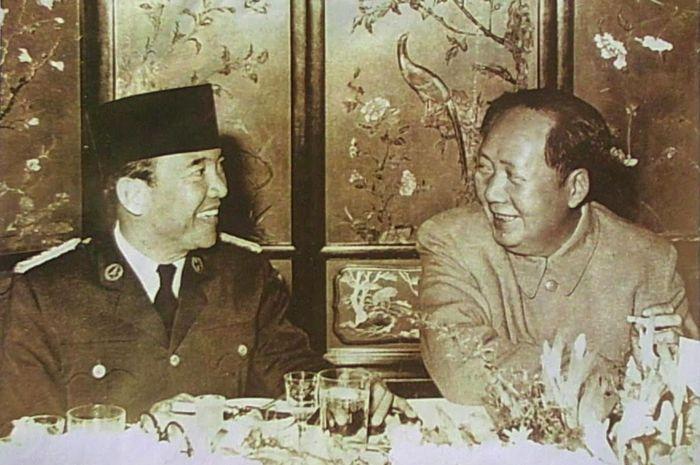Ir. Soekarno sedang Makan dengan Mao Tze Dong