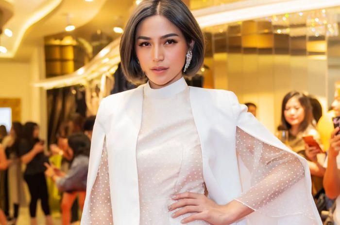 Jessica Iskandar tampil elegan dengan sheer dress