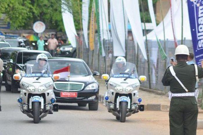 Mobil presiden Indonesia 1 yang membawa Presiden RI Joko Widodo yang melintasi jalan RW Monginsidi, Kupang Nusa Tenggara Timur tiba di Siloam Hospitals dalam kunjungannya pada acara peresmian Rumah Sakit Umum Siloam yang diresmikan oleh Gubernur NTT Frans Lebu Raya, Sabtu (20/12/2014).