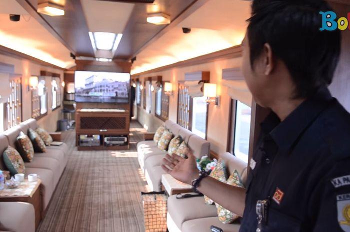 Kereta api wisata.
