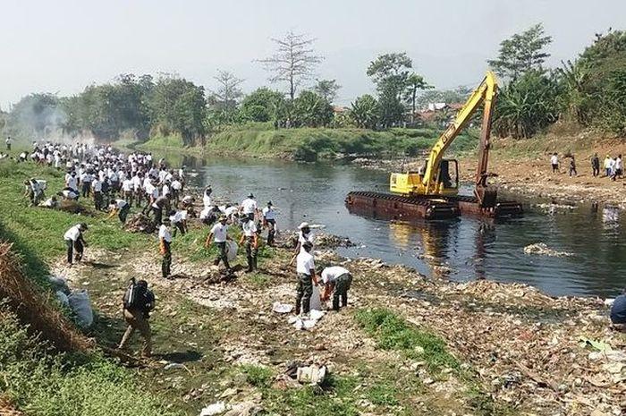 TNI dan ribuan warga turun membersihkan sampah di daerah aliran sungai (DAS) Citarum yang berada di Kecamatan Dayeuhkolot, Kabupaten Bandung, Jumat (8/9/2017).