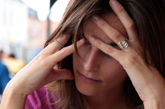 Ilustrasi gejala stroke yakni sakit kepala tiba-tiba.