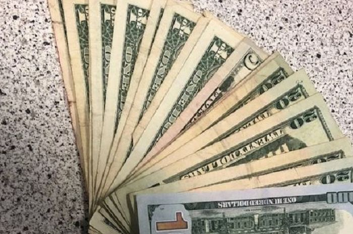 Menemukan uang.
