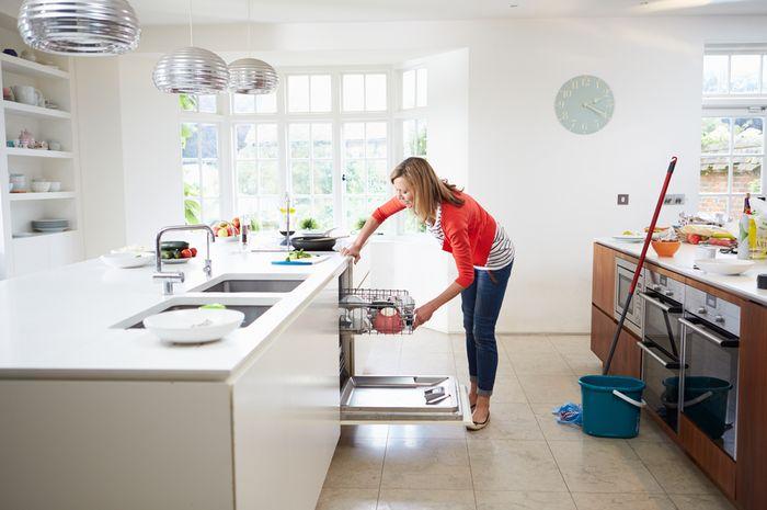 Membersihkan rumah setelah liburan akhir tahun