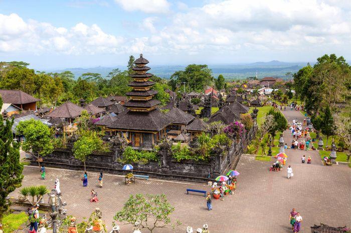 Pemerintah Bali mengevaluasi kembali sistem yang memungkinkan wisatawan untuk mengunjungi kuil .