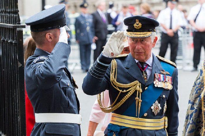Pangeran Charles dan medali-medali pertempuran yang ia terima tanpa harus terjun langsung medan perang.