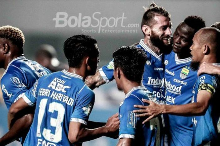 Pemain Persib Bandung merayakan gol Ezechiel N Douasel seusai mencetak gol ke gawang Persipura Jayap