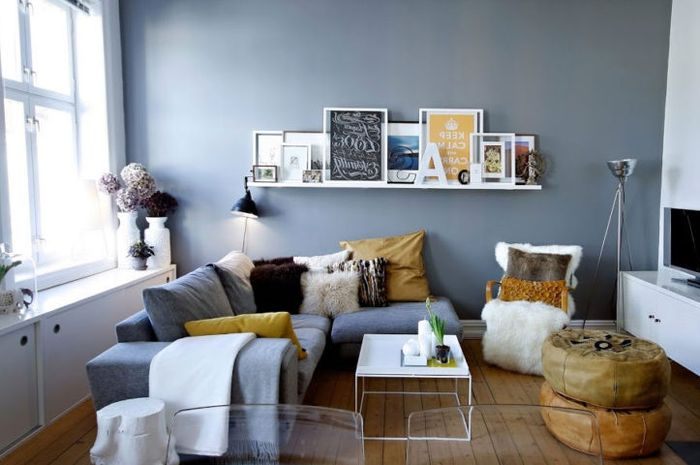 Untuk hiasan dinding, sebaiknya Anda pilih yang desainnya tidak terlampau rumit. Sebagai ide, Anda bisa menggunakan foto-foto berukuran kecil berbingkai minimalis yang dipasang secara berkelompok di salah satu sisi ruangan.