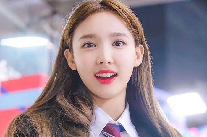 Penampilan Nayeon sebagai MC Idol Star Athletics Championships 2018