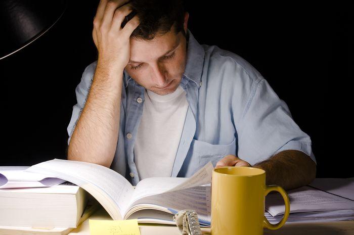 Ilustrasi pelajar yang begadang buat belajar