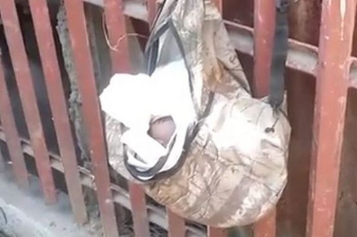 Bayi ditemukan tersangkut di pagar rumah warga