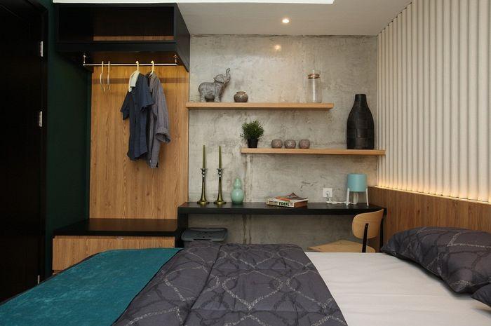 Di ruang tidur, kesan industrial lebih terasa dibanding ruang lain berkat permainan material asbes dan semen ekspos.