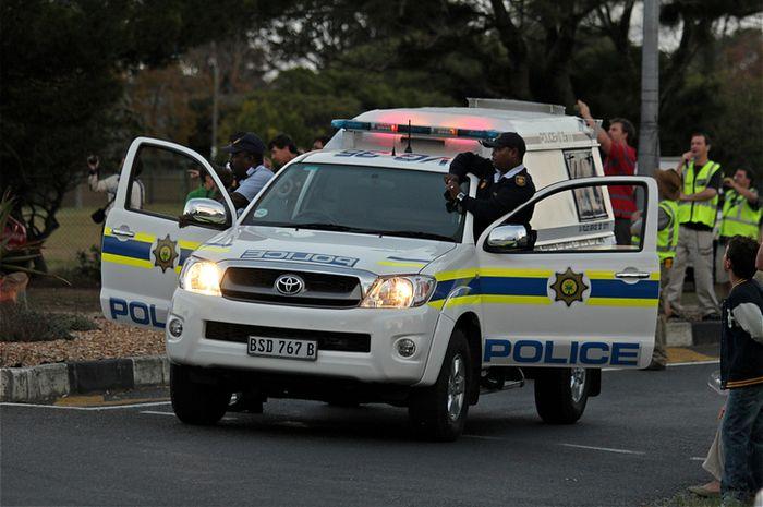 Polisi mengawasi demonstrasi di Cape Town, Afrika Selatan.