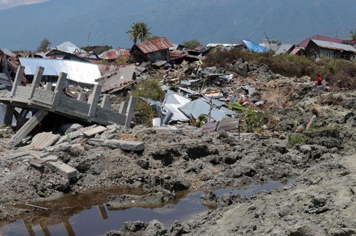 Lumpur yang keluar dari perut bumi pasca-gempa bermagnitudo 7,4 menenggelamkan rumah-rumah di Kelura