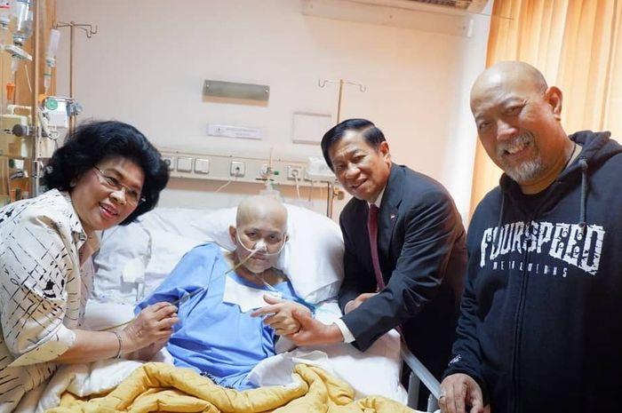 Agum Gumelar dan istri saat menjeguk istri Indro Warkop saat menjalani perawatan akibat kanker paru-paru.