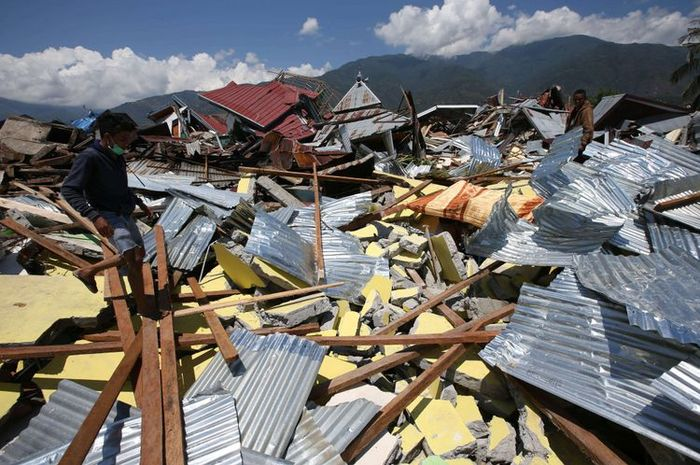 Puing bangunan di Perumnas Balaroa akibat gempa bumi yang mengguncang Kota Palu, Sulawesi Tengah.