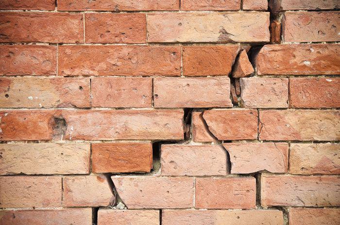 Getaran gempa yang tidak teredam dapat mematahkan struktur bangunan.