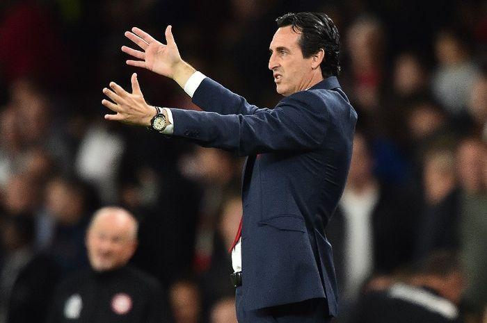 Manajer Arsenal, Unai Emery, dengan salah satu aksinya di tepi lapangan (26/9/2018).