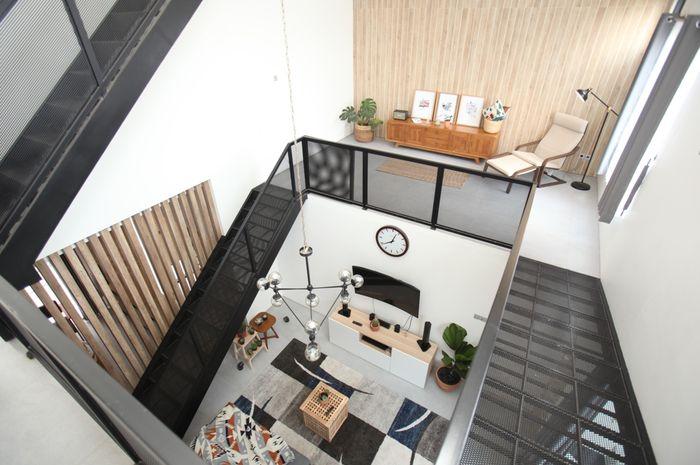 Inspirasi desain di rumah ini berupa Langit-langit yang tinggi membuat rumah terasa sejuk.