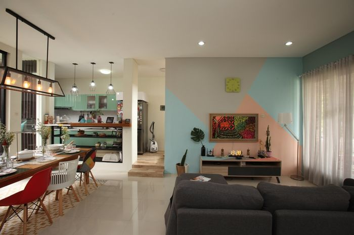 Rumah penuh warna yang nyaman untuk berkumpul. Lokasi: Kediaman Angga Kusuma Wardhani & Indah Hapsari, Jakarta Selatan