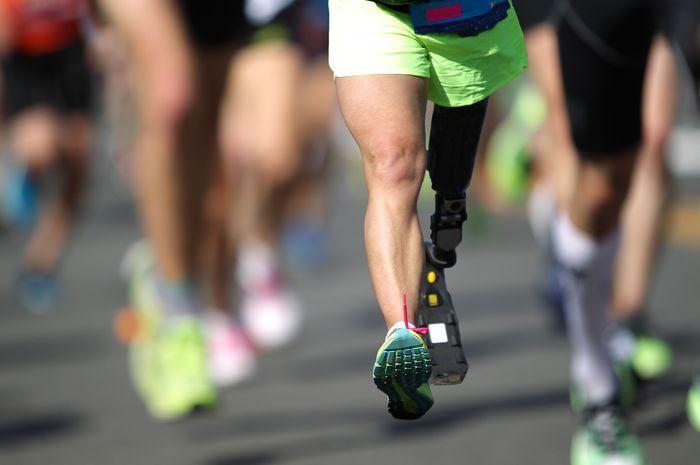Penyandang disabilitas sedang melakukan olah raga lari.