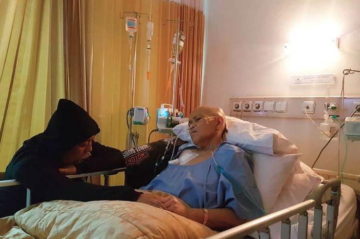 Indro Warkop setia menemani istri tercinta, Nita Octobijanthy, selama dirawat di rumah sakit.