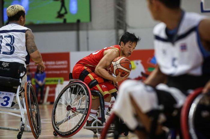 Pebasket kursi roda Indonesia, Donald Putra Santoso beraksi saat final melawan Thailand pada test event Para Games Invitational Tournament di Kawasan Gelora Bung Karno, Senayan, Jakarta Pusat, Senin (2/7/2018). Tim bola basket kursi roda Thailand menang dengan skor 58-35.