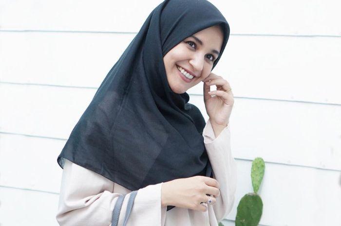 Tampil memikat dengan fashion hijab warna earthy ala Shireen Sungkar