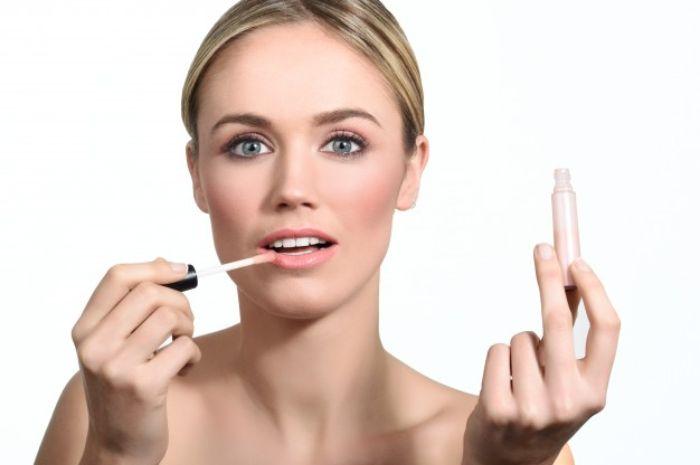 Ilustrasi wanita yang menggunakan lipstik berwarna nude