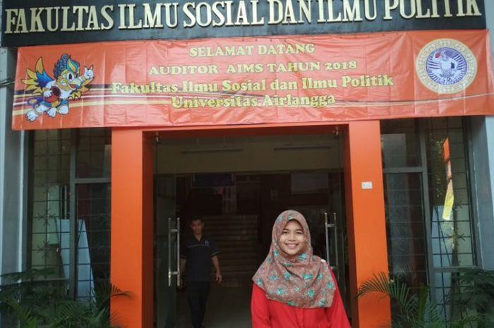 Nur Syamsiyah dari FISIP Unair, putri penjual cilok yang meraih predikat wisudawan terbaik dengan IP