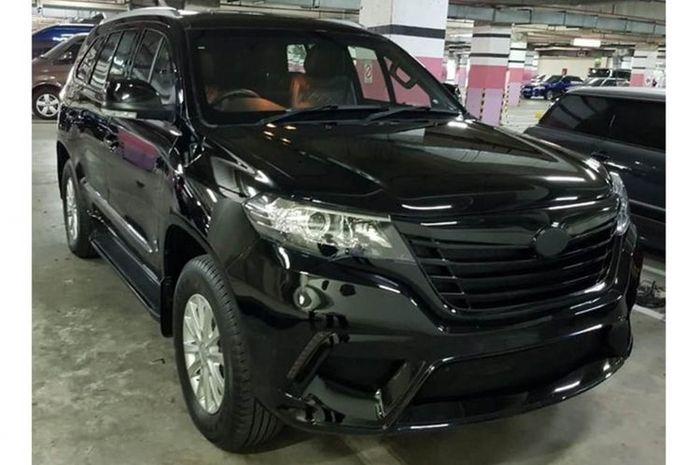 Mobil Esemka dikabarkan sudah lolos uji. Tampak bobil di sebuah parkiran pusat perbelanjaan yang sangat mirip dengan ESEMKA Garuda 1(Istimewa via Kompas.com)