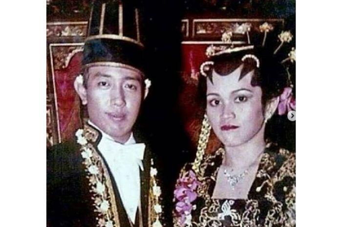 Foto pernikahan Indro Warkop dan Nita Octobijanthy.