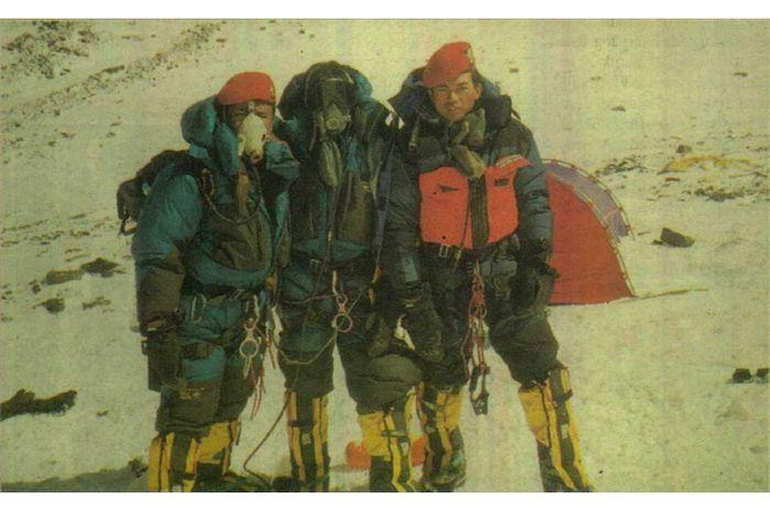 Ekspedisi Indonesia Everest '97. Tiga serangkai Lettu. Iwan, Sertu. Misirin, dan Pratu. Muji. Nampak Muji nekat melepas masker dan kacamata salju.