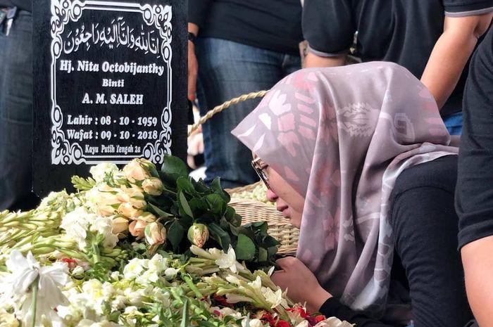 Bersimpuh di Pusara sang Ibu, Anak Indro Warkop Ungkap Kerisauan Hatinya Sepeninggal Ibunda