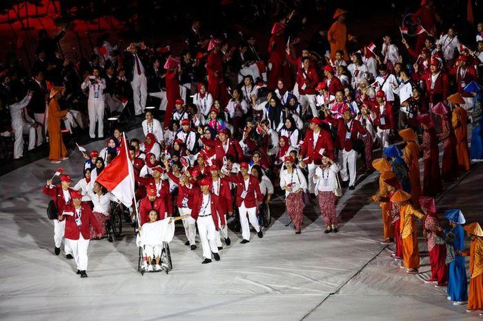 Defile atlet Indonesia menyemarakkan Upacara Pembukaan Asian Para Games 2018 di Stadion Utama Gelora Bung Karno (GBK), Senayan, Jakarta Pusat, Sabtu 6 Oktober 2018.