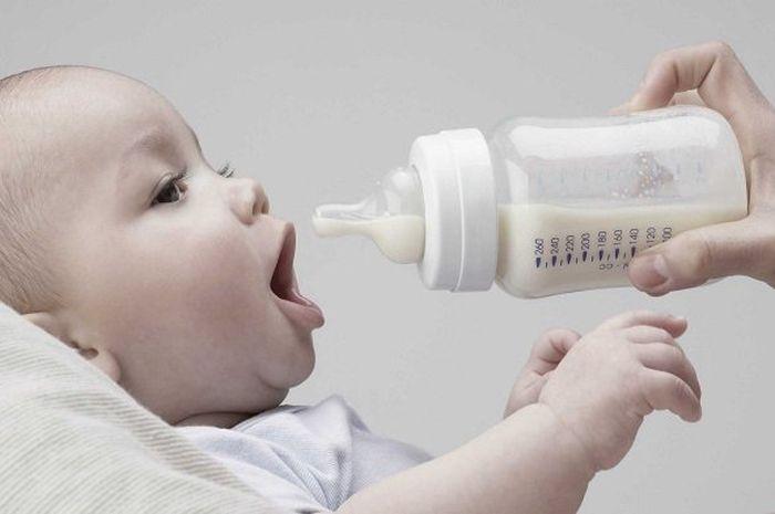 Ilustrasi bayi minum susu