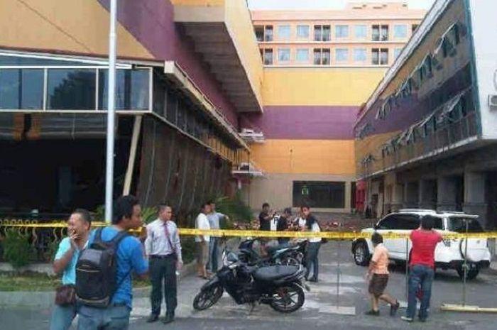 Beberapa bangunan di Kota Manado mengalami kerusakan akibat gempa berkekuatan 7,3 SR di Maluku Utara, Sabtu (15/11/2014). Gempa yang terasa sampai di Manado, membuat dinding lantai tujuh Hotel Lion and Plaza Manado runtuh.