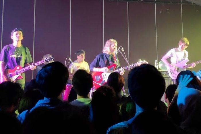 Aksi Snail Mail saat konser di Jakarta, Sabtu (13/10).
