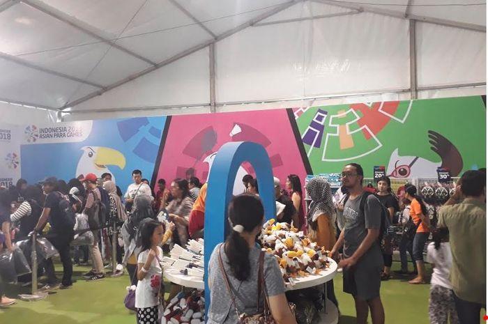 Masyarakat yang mengunjungi Komplek Gelora Bung Karno, Jakarta Pusat pada Kamis (13/10/2018) memenuhi area penjualan marchendise Asian Para Games 2018 di Megastore.