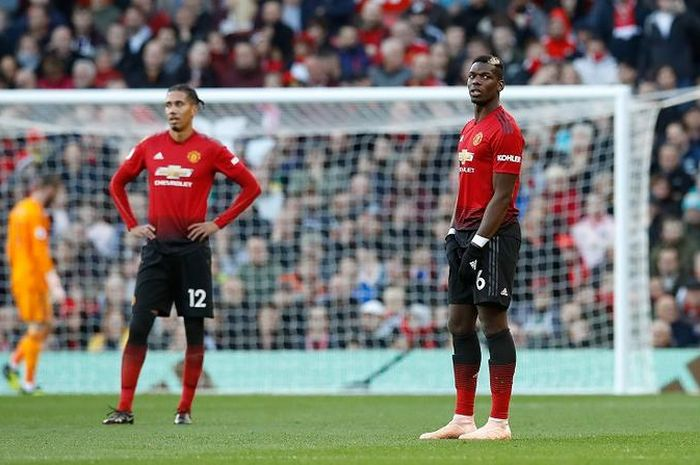 Manchester United's Paul Pogba (right) and Chris Smalling look dejected after conceding the first go
