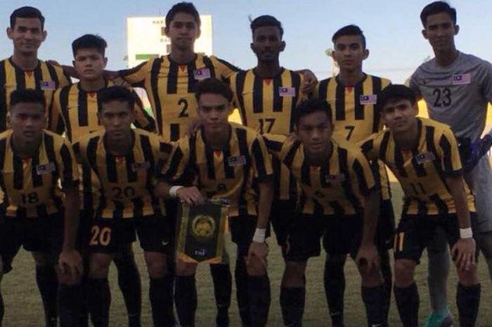 Para pemain timnas U-19 Malaysia berpose bersama sebelum menghadapi timnas U-19 Kamboja pada laga Grup B fase penyisihan Piala AFF U-19 2018 di Stadion Gelora Joko Samudro, Gresik, 4 Juli 2018.